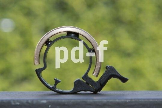 """Die Klingel als Ringel: Hier ist das Design nicht nur gelungen, sondern auch zweckmäßig, passt sich diese """"Glocke"""" doch perfekt und platzsparend an den Lenker an."""