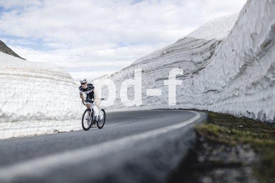Bei einer solchen Steigung bemerkt ein Radsportler die kühle Luft eher nicht. Aber auf der Abfahrt umso mehr. da ist es gut, noch einen Windbreaker dabei zu haben.