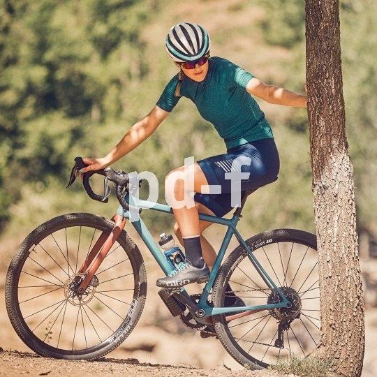Gravel-Bikes verbinden Rennradrahmen und -lenker mit geländegängiger Bereifung. Schotterstrecken und leichtes Gelände sind ihr Metier, aber auf Asphalt fahren sie sich auch prima.