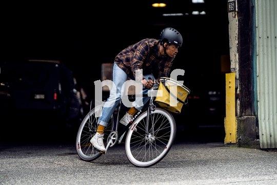 """Ein erfolgreiches Konzept neu interpretiert: Hersteller Ortlieb bringt mit dem Modell """"Uptown"""" einen wasserdichten, verschließbaren Fahrradkorb für das City-Bike auf den Markt. Der Rahmen besteht aus Aluminium, Füße aus Kunststoff sorgen für einen guten Stand beim Einkauf."""