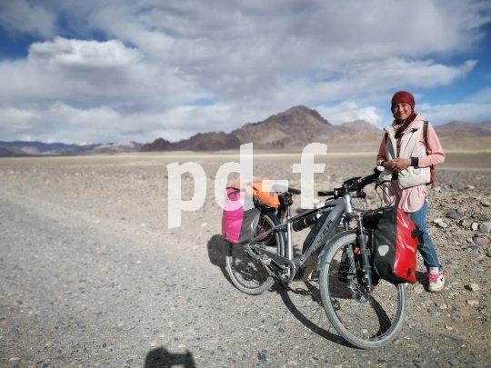 Hochebene im Pamir auf rund 4000 Meter über Meer. Begegnung am Wegrand. Das Mädchen war zu Fuß unterwegs von Murgab bis zu einem fünf Kilometer entfernten Hof.