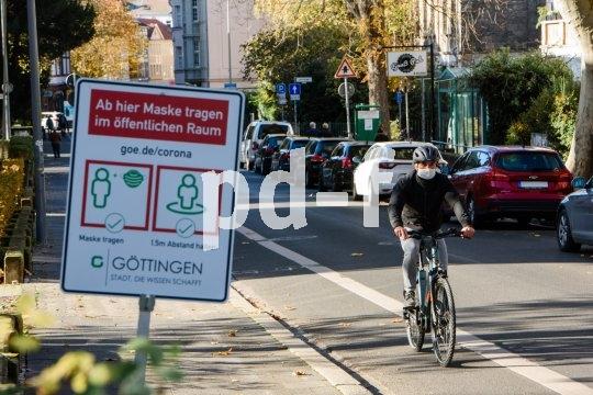 Schützt hoffentlich vor Viren, bestimmt aber vor Straßenstaub und fliegendem Getier: Mund-Nasen-Schutz im urbanen Radverkehr.