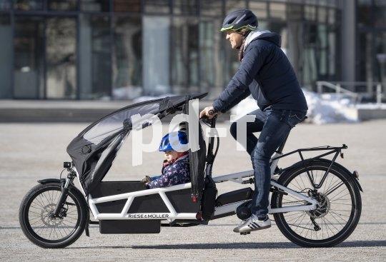 """Ersetzt so manches Auto: ein vollgefedertes Lastenrad mit elektrischer Antriebsunterstützung. Hier das vollgefederte Modell """"Load 75"""" des Darmstädter Herstellers Riese & Müller; ausgestattet mit einem Bosch-Mittelmotor und Zusatzkomponenten zum Kindertransport."""