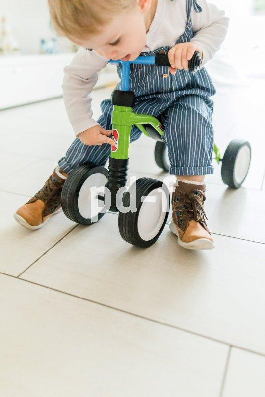 Dieses Kinderfahrzeug belässt die Beine der Kleinen beim Fahren in einer natürlicheren Haltung als die verbreiteten Rutschautos.