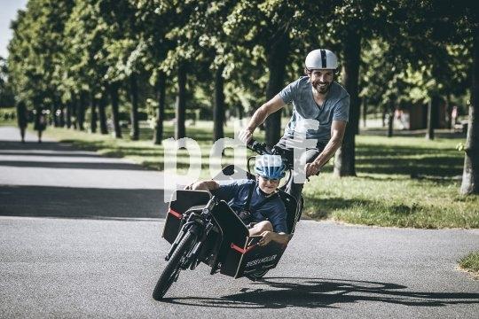 Dieses als Transportrad ausgelegte E-Bike verfügt über eine Ladefläche von 60 cm Länge, bestens sichtbar vor dem Fahrer positioniert - ideal für den Transport von Kindern (Modell Packster 60 von Riese & Müller).