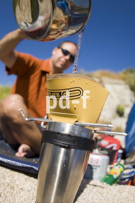 Reiseradler und ihre Zubehörausstatter sind Meister im Reduzieren. Einen Beweis dafür liefert dieser faltbare Kaffeefilter.