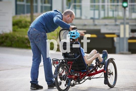 Ein Zusatzgriff ermöglicht es Begleitpersonen, Menschen mit Handicap beim Fahren auf dem Trike zu unterstützen.
