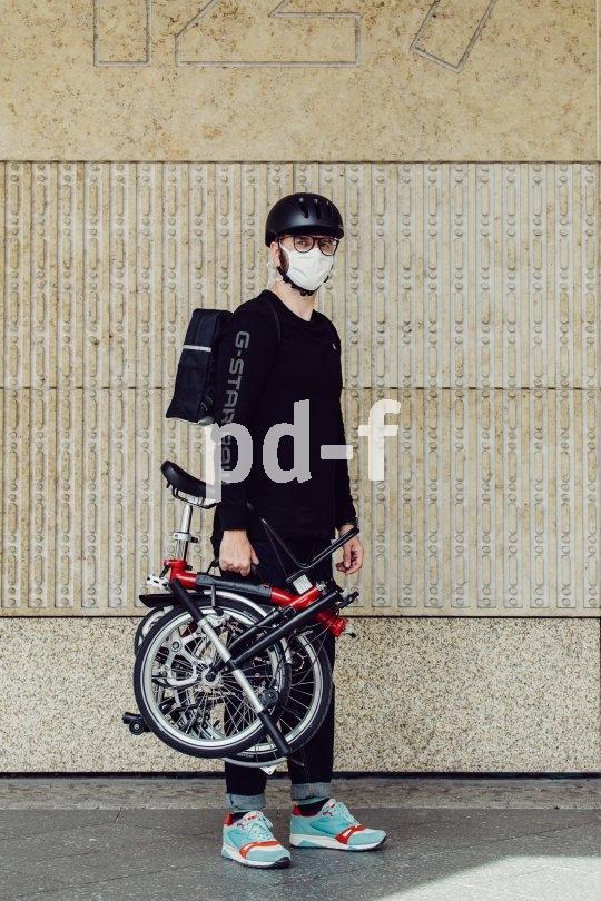 Wer mit dem Faltrad zwischen ÖPNV und Radweg wechselt, kann den Mund-Nasen-Schutz gern einfach aufbehalten.