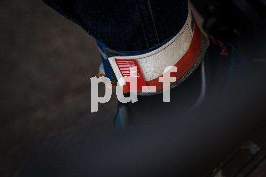 Ein Hosenband verhindert, dass sich die Hose in der Kette verfängt.