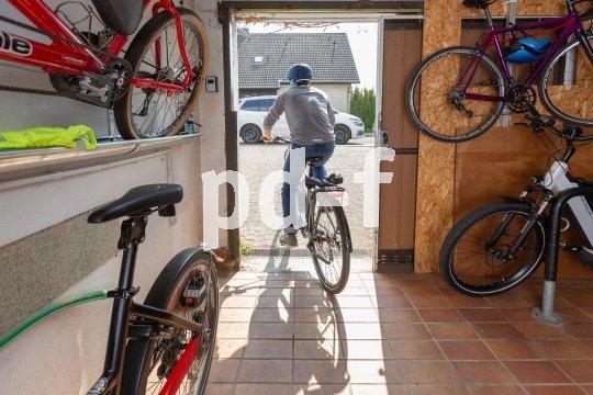 Der Traum eines jeden Pedal-Pendlers: keine Stufen, keine verwinkelten Flure  - einfach rein- und rausrollen aus der geräumigen, trockenen Fahrradgarage.