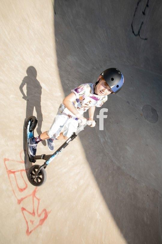Mit einem entsprechenden Roller können sich die Kids auch schon mal in die Halfpipe wagen. Aber keinsfalls ohne einen gut passenden Helm!