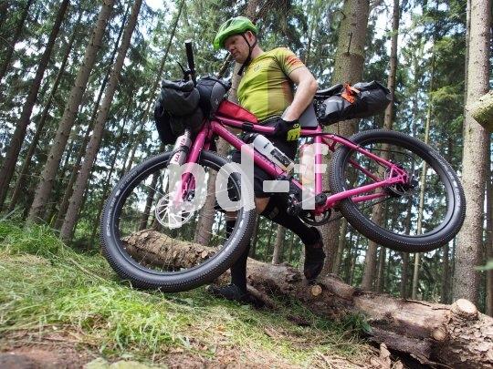 Beim Bikepacking muss man das Rad auch mal unter den Arm klemmen. Gut wenn das Gepäck minimal ist und nicht am Fahrrad herumschlackert.