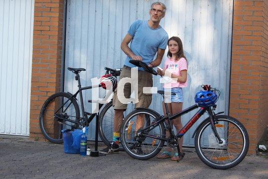 Fahrradputzen scheint kinderlicht, aber manchmal muss der Papa dann doch helfen.