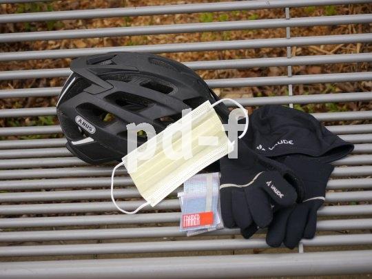 Gehört aktuell zur vollständigen Ausrüstung für eine Radtour: der Mundschutz. Dieser ist von Fahrer Berlin und heiß waschbar. Er schützt nicht nur im Gespräch vor fliegenden Tröpfchen, sondern auch im Stadtverkehr vor Staub.