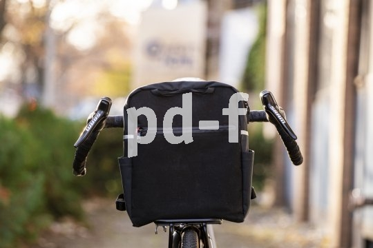 Accessoirespezialist Fahrer Berlin bietet einen schlank bauenden Frontgepäckträger für Fahrräder mit den Laufradgrößen 26- und 28-Zoll an. Er trägt bis zu 15 kg Last.