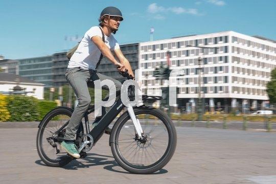 """Das E-Lastenbike """"Modular"""" von Hersteller Ahooga hat einen Hinterradnabenmotor und führt den Akku im Unterrohr. Die weitere Ausstattung ist variabel wählbar."""