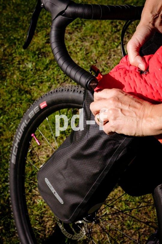 Hersteller Ortlieb bringt wasserfeste Taschen zur Montage am Gabelholm auf den Markt - etwa für Gravel-Bikes. Eine gute Ergänzung für alle, die das Micro-Adventure lieben.