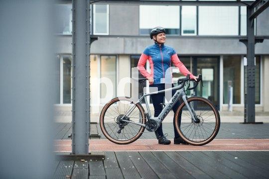 """Weiterhin ein ganz heißes Thema ist das Gravelbike, also das Rennrad mit der Lizenz zum Offroadfahren. Gibts auch mit E-Unterstützung: Das """"Synapse Neo SE"""" von Cannondale führt einen Bosch-Motor, der im Ruhezustand vollständig entkoppelt und keinerlei Tretwiderstand einbringt."""