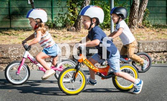 Gemeinsam lernt es sich besser! Das gilt für das Balancieren wie für das Helm tragen. Passen müssen sie natürlich, die Kopfschützer.