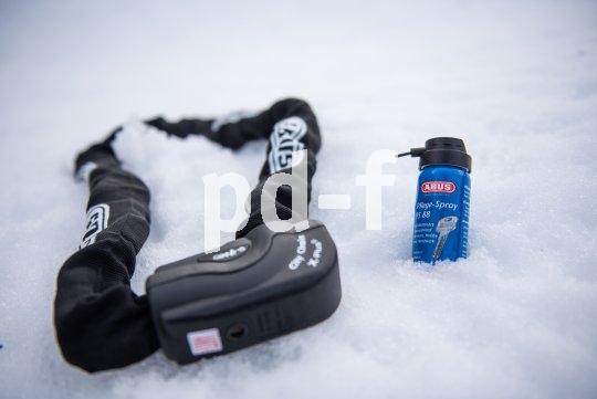 Das Pflegespray von Abus verdrängt Schmutz und Feuchtigkeit aus dem Fahrradschloss und schützt im Winter vor dem Vereisen der Schließung.