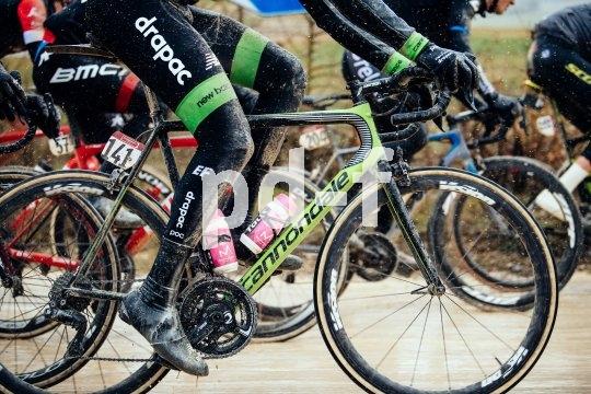 """Radsportveranstaltungen auf Schotterstraßen wie den legendären """"strade bianche"""" der Toskana werden immer beliebter. Cyclocrosser und Gravel-Bikes sind hier dem Asphaltrenner gegenüber klar im Vorteil."""