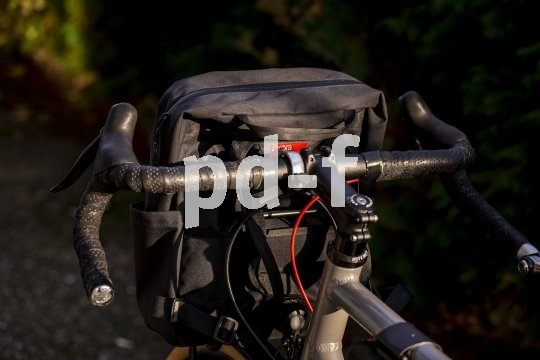 Accessoirespezialist Fahrer Berlin bietet einen schlank bauenden Frontgepäckträger für Fahrräder mit den Laufradgrößen 26- und 28-Zoll an. Er trägt bis zu 15 kg Last. Ideal für Lenkertaschen, und auch seitliche Gepäcktaschen lassen sich problemlos montieren.