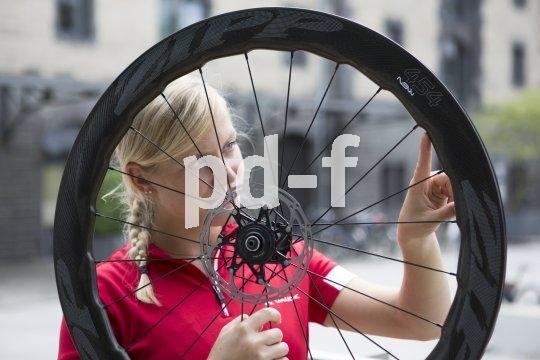 """Das jüngste Kind der Entwickler aerodynamischer Laufräder bei Zipp heißt """"454 NSW Carbon Clincher"""". Ihre Form orientiert sich am Buckelwahl, was kräftezehrende Luftverwirbelung minimieren soll. Natürlich gibt es die Rennradräder auch mit Scheibenbremsen."""