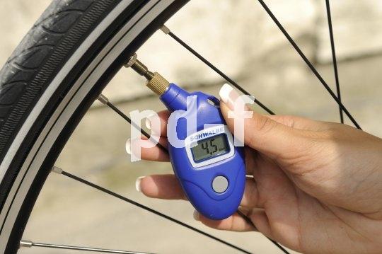 Mit einem digitalen Druckmesser lässt sich der Reifendruck sehr genau bestimmen. Für bestimmte sportliche Einsatzzwecke ist das unabdingbar.