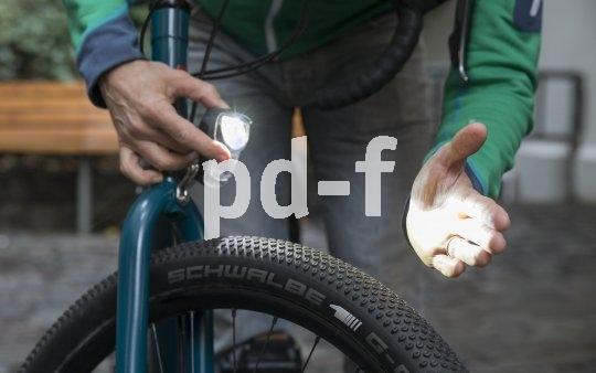 Akkubeleuchtung gibt es nun auch zur festen Montage an der Fahrradgabel.