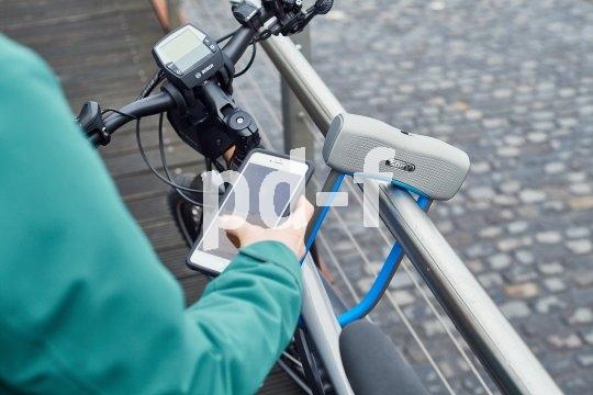 """Eine smarte Idee: das schlüssellose Fahrradschloss. Die Firma Abus bringt mit dem """"770A SmartX"""" ein Bügelschloss der höchsten Sicherheitsstufe auf den Markt, das sich per App und Bluetooth vom Handy aus öffnen lässt. Annäherung reicht, ein kleiner Motor erledigt den Rest."""