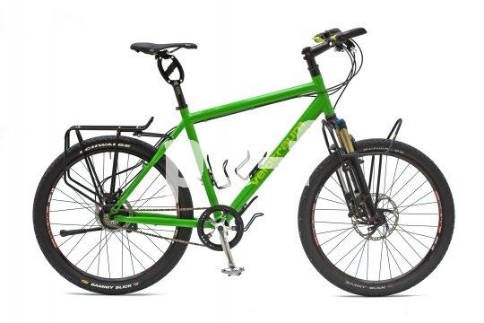 Ein gutes Beispiel für ein hochwertiges, individuell konfiguriertes Reiserad: Rohloff-Getriebenabe, Federgabel mit Frontgepäckträger und hochwertige, leichte Anbauteile.