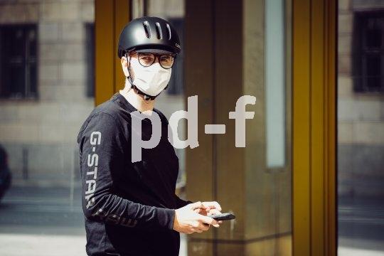 Ein Mund-Nasen-Schutz beim Radfahren ist in luftverschmutzten Metropolen anderswo schon lange gängig. Der Helm passt drüber, der Luftaustausch ist gut.