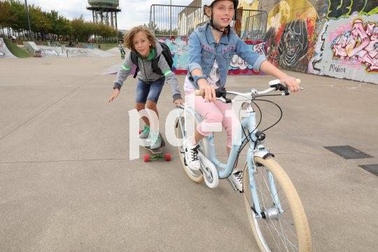 Auf vom Straßenverkehr abgegrenzten Arealen können Kinder auch mal spielerisch den Umgang mit dem Fahrrad üben. Es ist gar nicht so einfach, ein gleichmäßig und nicht zu schnell rollendes Zugfahrzeug zu sein!