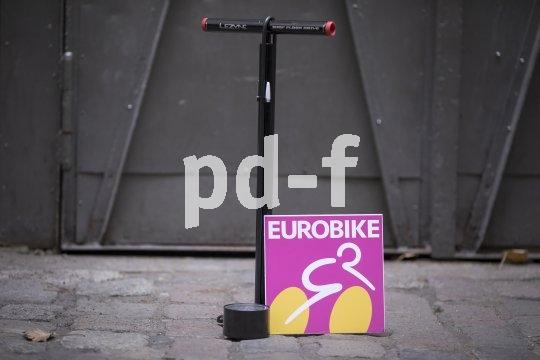 """Ein schlaue Pumpe für den Einstieg in den Radsport oder zum Immerdabeihaben im Kofferraum ist die Shop Floor Drive"""" von Lezyne: In den Griffen ist direkt das nötigste Werkzeug zum Beheben eines Platten untergebracht."""
