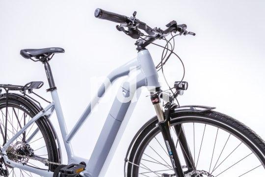 Markenimporteur Messingschlager und Motorenhersteller Brose konfigurieren gemeinsam E-Bike-Modelle für Firmen und Radvermieter, unter anderem dieses E-Trekkingrad mit in den Rahmen integriertem Akku und Brose-Mittelmotor.
