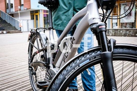 Auch ein E-Bike kann nur die Leistung auf die Straße bringen, die seine Reifen übertragen können. Da ist es sinnvoll, besonders geeignete Pneus zu wählen. GAnzjahrestauglich sollten sie zumindest beim E-City- und Trekkingbike auch gern sein.