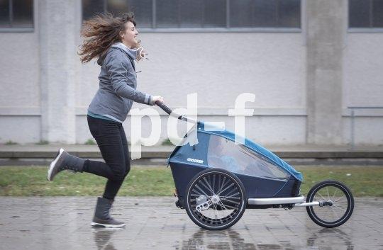 Dank diversen Ausstattungsvarianten kann ein Fahrradanhänger von Croozer mit nur wenigen Handgriffen in einen praktischen Jogger umgewandelt werden.