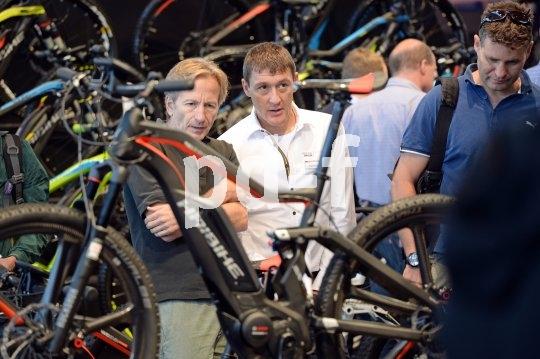 Wer hätte das gedacht - vor wenigen Jahren noch als Exot belächelt, ist das elektrifizierte Mountainbike heute salonfähig, ob in den Messehallen oder auf den Trails.