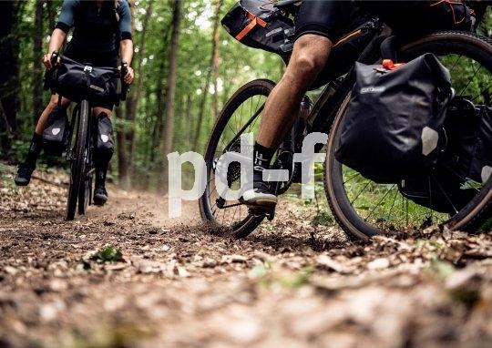 Auf Schotterpisten und Feldwegen zeigt sich schnell, ob das Gepäck sinnvoll und sicher am Rad verstaut wurde.