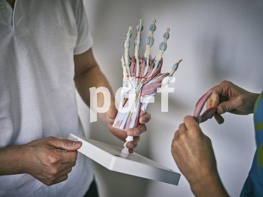 Die Hände stützen einen großen Teil des Oberkörpergewichts auf den Lenker ab. Somit besteht ständig hoher Druck auf eine geringe Fläche. Folge: Nervenbahnen können gereizt werden. Durch eine größere Auflagefläche des Griffs verteilen sich die Kräfte besser, und die Nerven werden nicht gereizt.