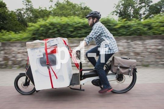 Mit einem Lastenrad lassen sich selbst schwere Gegenstände wie Wäschetrockner transportieren.