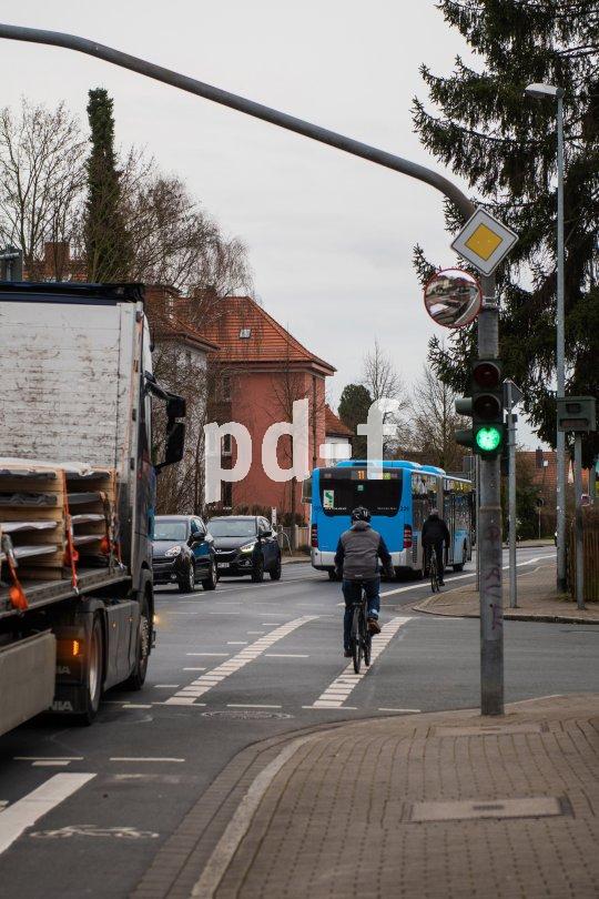 Lkw dürfen laut novellierter StVo nur noch mit Schrittgeschwindigkeit abbiegen. Sogenannte tote Winkel bei abbiegenden Lastwagen gehören zu den größten Risiken für Radfahrer.