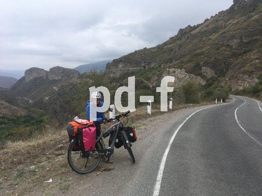 Auf dem Weg nach China überquert Andrea Freiermuth mit ihrem Flyer-E-Bike auch den Kaukasus. Man trifft nicht viele E-Bikes in Armenien, stellt sie fest...