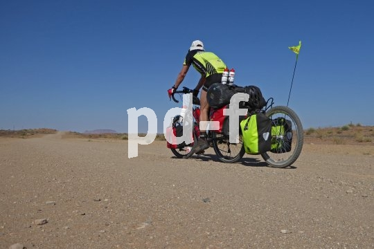 Zusätzliche Ladekapazitäten auf der Radreise bieten Einspuranhänger. Sie sind normalen Fahrradanhängern fahr- wie aerodynamisch weit überlegen.