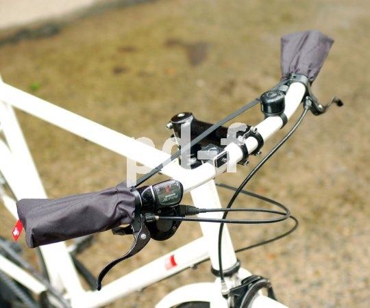 So eine Griffschutz ist eine tolle Sache für Winter- bzw. Allwetterfahrer. Die Hände schlüpfen hinein und bleiben warm und trocken. Die Griffis der Firma Fahrer Berlin sind aus recycletem Material hergestellt.