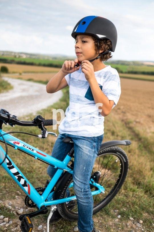Prima, wenn der Griff zum Helm schon bei den Kleinen Routine ist. Denn gut sitzen muss er, sonst schützt er wenig.