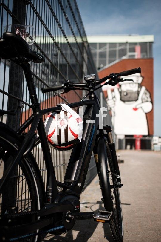 Mit einem Ballhalter lässt sich ein Fußball einfach transportieren.