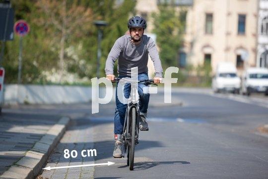 Das Rechtsfahrgebot für Radfahrer bedeutet nicht, dass der Fahrradreifen am Randstein schleifen muss. Generell gelten 80 cm Abstand zum Straßenrand als guter Wert. Besondere Bedingung wie enge Fahrbahnen oder große Gullideckel erfordern allerdings angemessene Anpassungen.