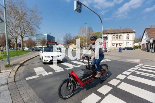 So manches kleinere Auto lässt sich durch ein Lastenrad mit E-Zusatzantrieb ersetzen. Es bietet ein Vielzahl von Transportmöglichkeiten und ist zudem in der Stadt oft viel beweglicher und damit auch schneller unterwegs.