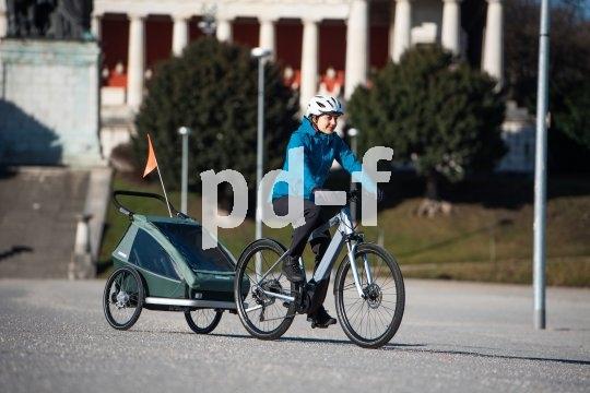 Auch ein sehr sportlich ausgelegtes Fahrrad kann Transportdienstleister sein: Anhänger machen es möglich. Dieser lässt sich zudem als Jogger nutzen.